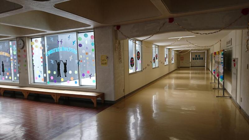 卒業生を待つ卒業式前の学校